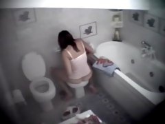 Spying a girl shave pussy on the bidet