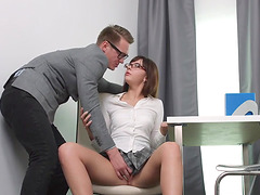 Teen babe gets her pussy rubbed and fingered by a guy