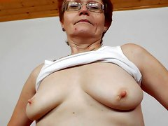 Granny Jindriska is penetrating her nice hole